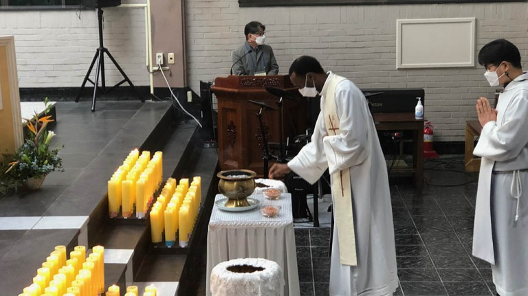 Seollal mass at Taehwadong Parish: offertory and incense